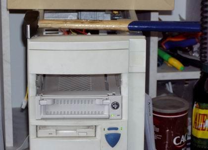 Компьютер и молоток